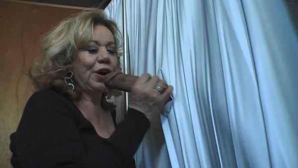 MOMMY KEEPS IT HARD IN THE GLORY HOLE – KITTEN NATIVIDAD HD